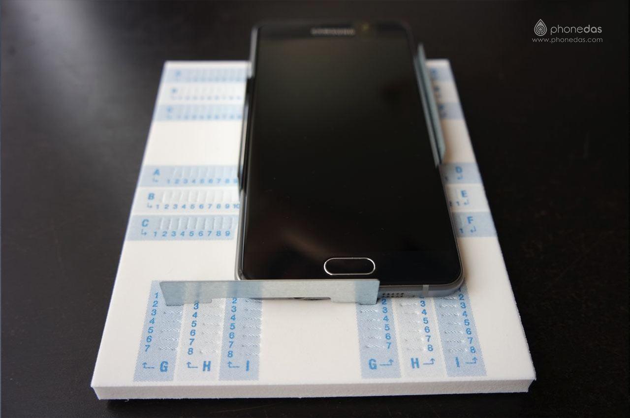 phonedas-fazup-9-pose-smartphone